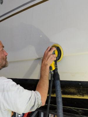 Syyspuhteita - veneen kylkeä puhdistamassa